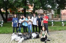 Jos pălăria: Mai mulţi adolescenţi din Oradea curăţă parcurile oraşului de mizerii (FOTO)