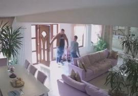 Om cu belele: Tânărul afacerist peste care a tăbărât un interlop în propria casă, căutat de autorităţi pentru alte probleme