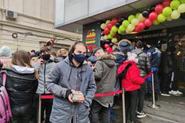 Sute de bucureșteni s-au înghesuit în fața unui fast-food pentru burgeri gratis (VIDEO)