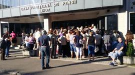 """Aglomeraţie şi nervi la Casa de Pensii Bihor: peste 200 de pensionari s-au bulucit să primească bilete de tratament """"la liber"""" (FOTO / VIDEO)"""