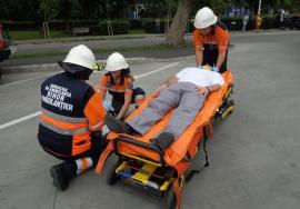"""Voluntari pentru bihoreni: Angajaţii Ambulanţei Bihor instruiesc benevol """"civilii"""" pentru a-i învăţa să salveze vieţi"""