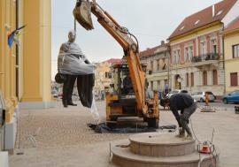 Cu excavatorul. Statuia lui Iuliu Maniu a fost amplasată lângă Biserica Sfântul Nicolae din Oradea (FOTO / VIDEO)
