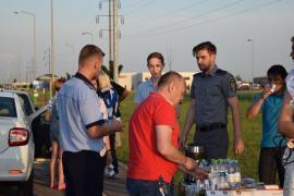 Poliţiştii şi jandarmii bihoreni au împărţit apă şi cafea șoferilor veniţi din străinătate, pentru a-i ţine treji şi atenţi la volan (FOTO)