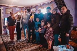 Iarnă mai bună: Familii nevoiaşe care locuiesc la poalele Munţilor Apuseni au primit pachete cadou (VIDEO)