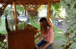 Culoare şi muzică: Florarul Marius Sabău a pus o pianină în Parcul Libertăţii, ca să aibă elevii şi studenţii unde să exerseze (VIDEO)