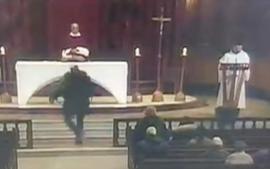 Preot înjunghiat în timpul unei slujbe, în cea mai mare biserică din Canada. Atacatorul este un român! (VIDEO)