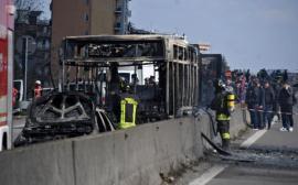 Gest extrem, în Italia: Șoferul a dat foc unui autobuz școlar cu 51 de elevi în el! (VIDEO)