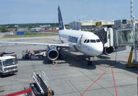 Scandalul TAROM: În ziua moțiunii de cenzură, ministrul Transporturilor a vrut să ţină la sol și avionul din Oradea!