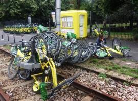 Atac la biciclete: Vandalii au dat cu biţele I'velo de liniile de tramvai (FOTO)