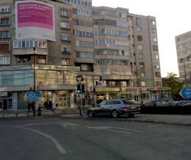 Profitând că nu îi amendează nimeni, şoferii orădeni parchează fără jenă în intersecţia bulevardelor Dacia şi Decebal