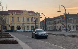 Bolojan, prins în offside: Maşina primarului de Oradea, parcată neregulamentar în Piaţa Unirii (VIDEO)