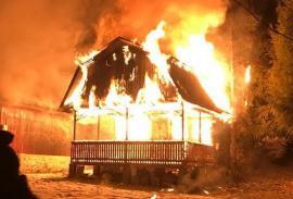 Incendii la Coada Lacului: Două cabane din satul de vacanţă, distruse de flăcări (VIDEO)