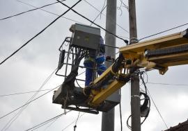 Ce se mai fură în Bihor: Doi hoţi din Curtuişeni au luat toate izolatoarele cu care angajaţii Electrica întindeau firele de curent între stâlpii din zonă