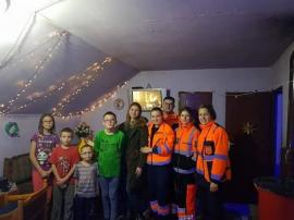 Un altfel de ajutor: Voluntarii de la Ambulanţă s-au 'transformat' în Moş Crăciun pentru 10 familii nevoiaşe din Oradea (FOTO)