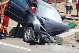 Accident în Bihor: O femeie, în stare gravă după ce a rămas încarcerată într-o maşină care s-a izbit de un parapet