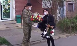Hărţuită de vecini, o asistentă din România, care lucrează cu pacienţi COVID-19, a fost întâmpinată de militari cu aplauze și flori (VIDEO)