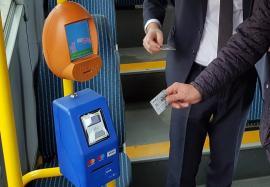 Călătorii care-şi cumpără bilet cu cardul BCR din tramvaie şi autobuze primesc reducere de 50%!