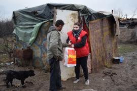 Caritate îngreunată: Voluntarii Caritas Catolic s-au împotmolit în noroi când au mers cu alimente la familiile care trăiesc lângă groapa de gunoi