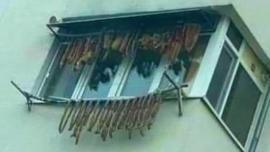 """""""Decorațiuni"""" de Crăciun: un român și-a expus pe balcon slănina și cârnații"""