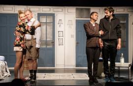 Despre o... 'Căsătorie în trei'. Comedie în regia lui Florin Zamfirescu, pe scena Casei de Cultură a Sindicatelor