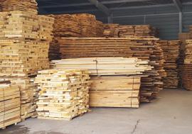 Razii în depozitele de cherestea: Trei firme s-au ales cu amenzi, iar poliţiştii au confiscat material lemnos şi bani