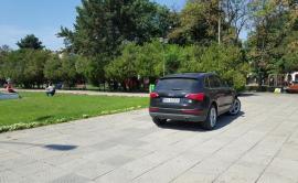 Tupeu la maxim: Un şofer de Audi Q5 a parcat în mijlocului Parcului 1 Decembrie
