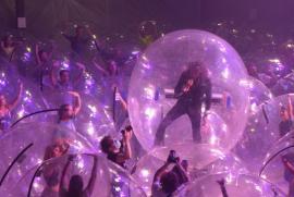 Concert în bule: Soluţia găsită de o trupă rock, pentru a putea ţine un concert live (VIDEO)