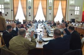 Cu uşile închise: Bolojan a convocat pe joi un Consiliu Local cu... participare redusă