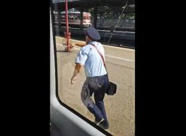 """""""Nașul"""" uitat: Un controlor a alergat în gară după trenul care pornise fără el (VIDEO)"""