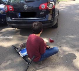 Lecţia de bun simţ: gestul unui copil care a lovit stopul unei maşini a devenit viral pe Facebook
