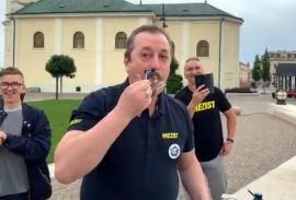 Mai mulţi orădeni au sărbătorit condamnarea lui Dragnea în centrul oraşului. Câţiva membri ai Oradiei Civice şi-au ras 'live' mustăţile (VIDEO)