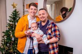 Un bărbat transgender a născut un copil conceput cu material seminal donat de o femeie trans