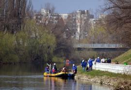 Pentru un râu curat: 130 de voluntari au adunat 550 de saci de gunoaie din apa şi de pe malurile Crişului Repede (FOTO/VIDEO)