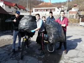 Tinerii dau exemplu. Un grup de elevi din Băiţa au curăţat satul de gunoaie (FOTO)