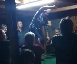 Chef... cu polițiști: Dansul primăriței din Brusturi pe masa de biliard a ajuns obiect de dosar penal (VIDEO)