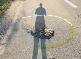 Atenţie, gropi! Călătorii de pe drumul Salonta-Tulca-Tinca au ajuns să marcheze singuri gropile neasfaltate (FOTO)