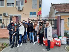 Elevi de la Liceul German din Oradea au donat alimente şi dulciuri pentru copiii dintr-un orfelinat