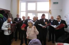 'Dor de Eminescu'. Corul 'Traian Moşoiu' a cântat poeziile lui Mihai Eminescu pentru vârstnicii de la Centrul social din Rogerius (FOTO)