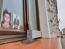 'Infractor chestor şi infractor avocat': Afişe cu avocatul Răzvan Doseanu şi fostul şef al Poliţiei, Liviu Popa, lipite pe instituţii din Oradea (FOTO / VIDEO)