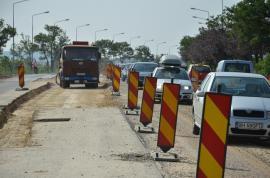 Pe DN 76, cu nervi şi praf: Muncitorii sparg, din nou, şoseaua dintre Oradea şi Sânmartin (FOTO)