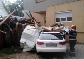 Furtuna a făcut prăpăd în Bihor: Acoperişul unui bloc din Salonta, luat pe sus de vânt şi aruncat peste maşini, iar două clădiri au fost trăznite (FOTO)