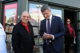 Dan Barna, criticat fiindcă, la Oradea, s-a oferit să-i dea autograf lui Emeric Ienei. Candidatul USR PLUS spune că e 'fake news' că nu l-ar fi recunoscut (VIDEO)