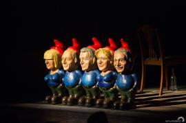 Mesaj pentru clasa politică, la Teatru: La premiera '...Escu', un personaj a 'urinat', în aplauzele publicului, pe pitici cu feţele lui Iohannis, Dragnea şi Dăncilă (FOTO)