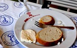 Pacienții unui spital din București au primit mâncare în farfurii cu sigla PSD