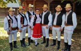 Folclorişti după gratii. Ansamblul de dansuri populare al deţinuţilor dinPenitenciarul Oradea a fost premiat la un concurs naţional (FOTO)