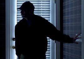 Un hoţ din Salonta a fost prins în timp ce cotrobăia într-o casă, de fiul proprietarului. A reuşit să fugă