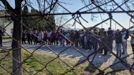 'Vrem salarii!': Grevă la fabrica de încălţăminte din Tinăud, oamenii au ieşit să le ceară socoteală patronilor (FOTO / VIDEO)