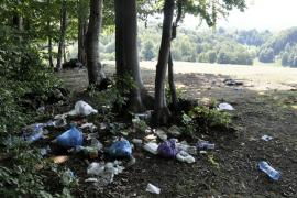 Rugul... mizerabil: Mormane de gunoaie rămase la marginea unei păduri din Bratca, după o tabără a penticostalilor (FOTO)