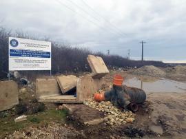 """Dezvoltare """"scufundată"""" în gunoaie: În Sânmartin, gunoaiele tronează chiar lângă reclamele proiectelor finanţate de Guvern (FOTO / VIDEO)"""