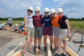 Elevi şi profesori din Irlanda, voluntari pe şantierul Habitat din Beiuş